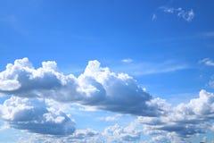 Ciel bleu avec des cumulus photographie stock libre de droits