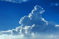 Ciel bleu avec des cumulus images stock