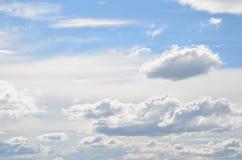 Ciel bleu avec des cumulus au-dessus de Portland Orégon 3 photos libres de droits