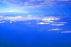 Ciel bleu avec des cumulus d'une fenêtre d'avion photographie stock