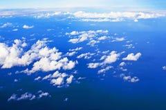 Ciel bleu avec des cumulus d'une fenêtre d'avion au-dessus de l'océan pacifique photographie stock