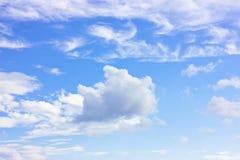 Ciel bleu avec des cumulus de blanc Photographie stock libre de droits