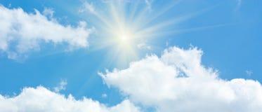 Ciel bleu avec des cumulus et Sun image stock