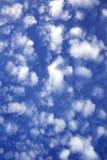 Ciel bleu avec des nuages. Photographie stock