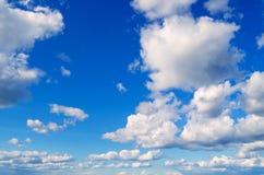 Ciel bleu avec des nuages Image stock