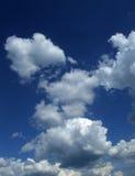 Ciel bleu avec des nuages Photos libres de droits