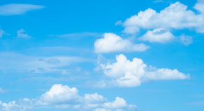 Ciel bleu avec des nuages Photo stock