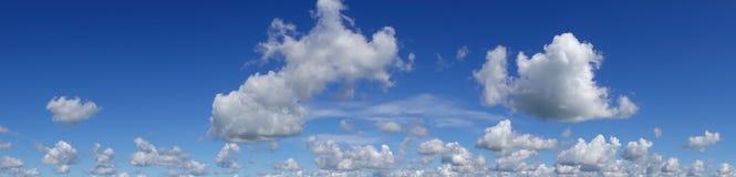 Ciel bleu avec des nuages au-dessus d'horizon Image stock