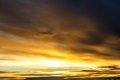 Ciel bleu avec des nuages avant coucher du soleil photographie stock libre de droits