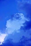 ciel bleu avec des nuages avant la tempête Photographie stock