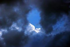 ciel bleu avec des nuages avant la tempête Images stock