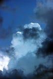 ciel bleu avec des nuages avant la tempête Photo stock