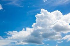 Ciel bleu avec des nuages Beau ciel bleu lumineux avec des nuages opacifie l'extrémité images stock