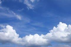 Ciel bleu avec des nuages beaux en nature Images stock