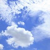 Ciel bleu avec des nuages beaux en nature Photographie stock libre de droits