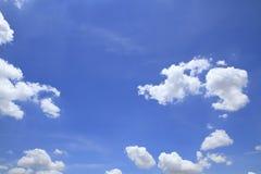 Ciel bleu avec des nuages beaux en nature Photographie stock
