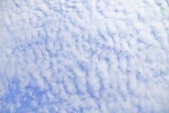 Ciel bleu avec des nuages beaux en nature Image libre de droits