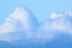 Ciel bleu avec des nuages (cumulus) Photographie stock libre de droits