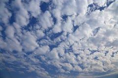 Ciel bleu avec des nuages de coton de peacefull Image stock