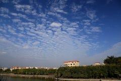 Ciel bleu avec des nuages de coton de peacefull Photographie stock