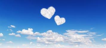 Ciel bleu avec des nuages de forme de coeurs Photo stock
