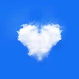 Ciel bleu avec des nuages de forme de coeurs Fond naturel de beauté Image stock