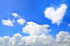 Ciel bleu avec des nuages de forme de coeurs Fond naturel de beauté Image libre de droits