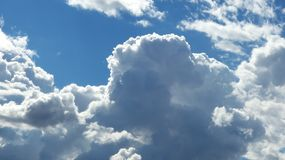 Ciel bleu avec des nuages de pluie image stock