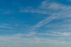 Ciel bleu avec des nuages et des traînées d'avion Belle composition en nature de fond Image stock