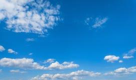 Ciel bleu avec des nuages, fond de ciel Photographie stock