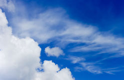 Ciel bleu avec des nuages là-dessus Photographie stock