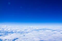 Ciel bleu avec des nuages par les hublots d'aéronefs Photo libre de droits