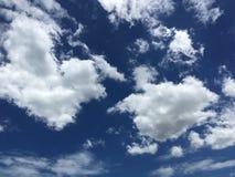 Ciel bleu avec des nuages plan rapproché, fond Photos stock