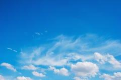 Ciel bleu avec des nuages pour le fond de nature photo stock