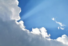 Ciel bleu avec des rayons de nuage Image libre de droits