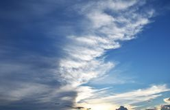Ciel bleu avec haut étroit de nuages Photographie stock libre de droits