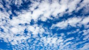 Ciel bleu avec légèrement le nuage Photographie stock libre de droits