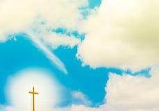 Ciel bleu avec la croix radiale Image libre de droits