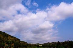 Ciel bleu avec le clound Images libres de droits