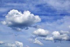 Ciel bleu avec le contexte de nuages Image libre de droits