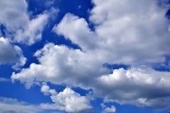 Ciel bleu avec le contexte de nuages Photo libre de droits