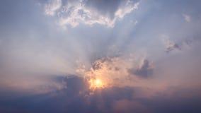 Ciel bleu avec le coucher du soleil d'or Images stock