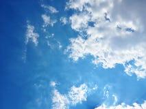 Ciel bleu avec le fond d'espace mémoire de nuage comme jour d'été Images libres de droits