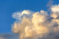Ciel bleu avec le fond de nuage images libres de droits