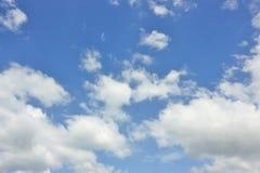 Ciel bleu avec le fond de nuage Photos libres de droits