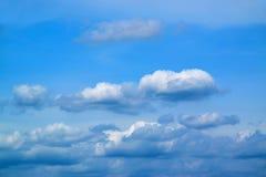 Ciel bleu avec le fond 171015 0050 de nuages Photos stock