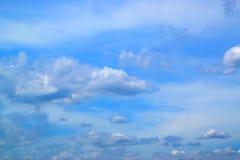 Ciel bleu avec le fond 171015 0056 de nuages Image stock