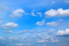 Ciel bleu avec le fond 171015 0061 de nuages Photo libre de droits
