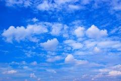 Ciel bleu avec le fond de nuages Images stock