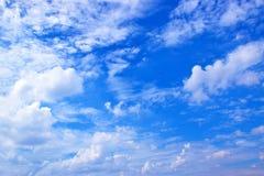 Ciel bleu avec le fond 171016 0095 de nuages Photo libre de droits